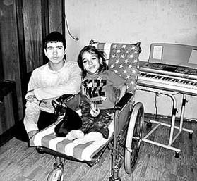 """Несовершенный остеогенез: постсоюзная территория!Наташа Федоренко с братом Валентином. Фото """"Дальинформ"""" АиФ"""